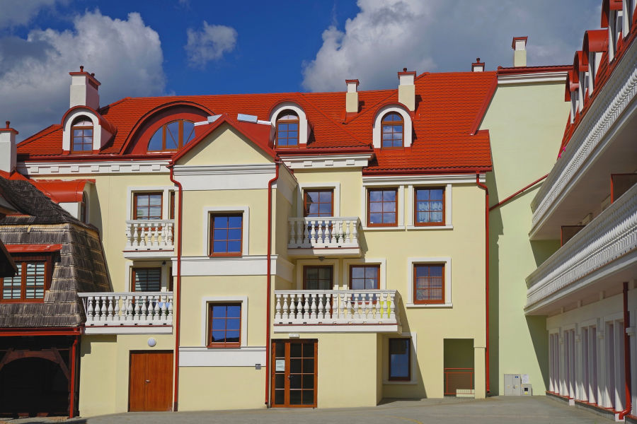 Elementy architektoniczne, które wpływają na urozmaicenie bryły budynku